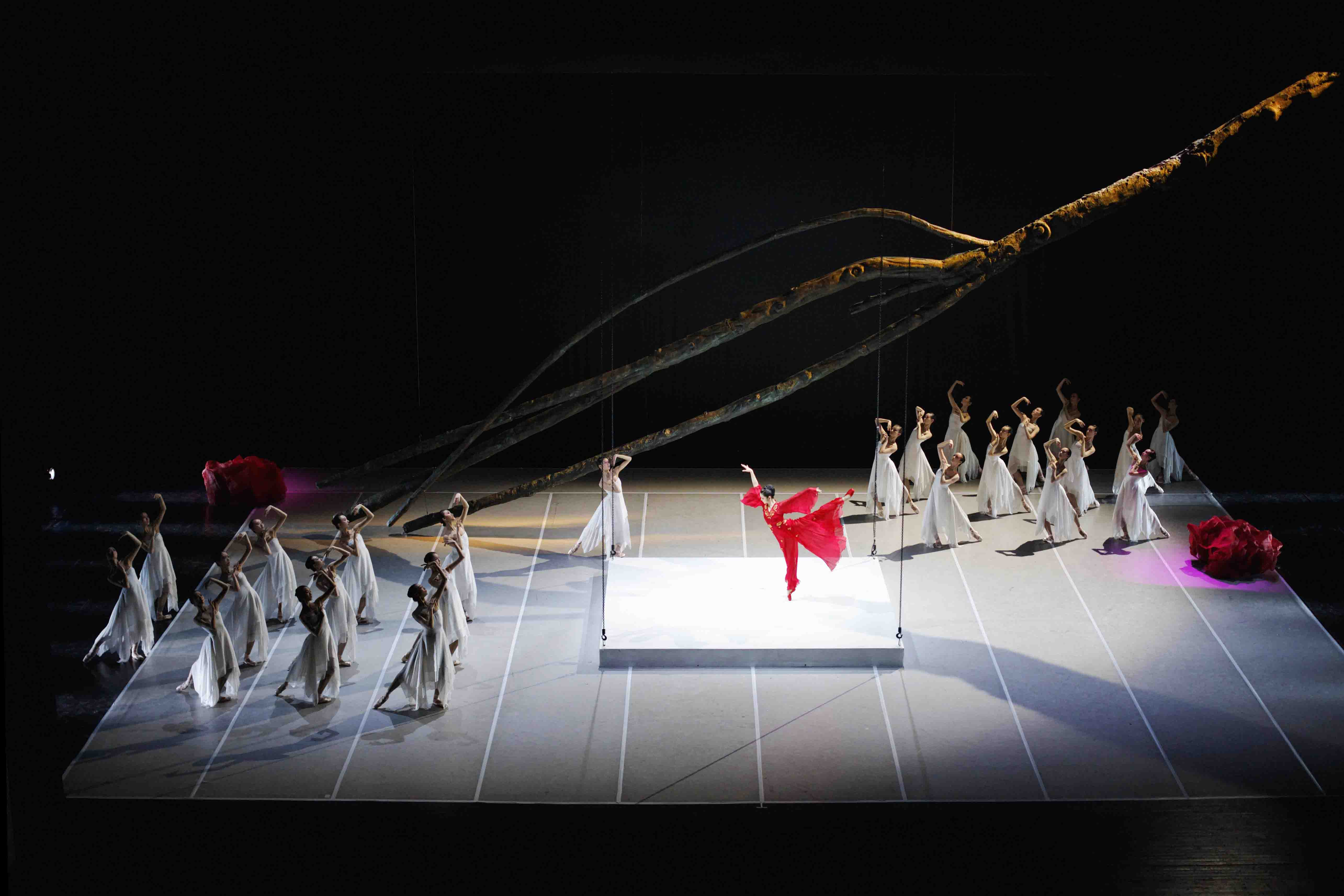 Zhang Jian and the company of the National Ballet of China in The Peony Pavilion.  Photo © The National Ballet of China